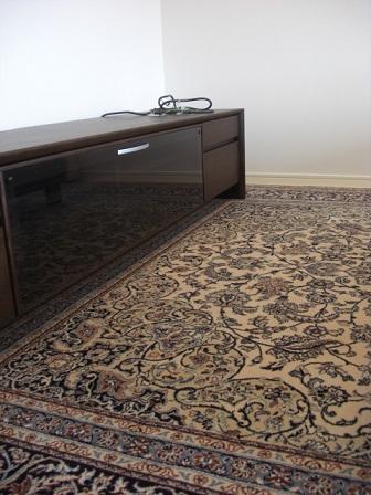 カリモクTVボードと高級絨毯.JPG