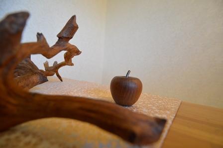 ディスプレイ④ リンゴと枝と着物.JPG