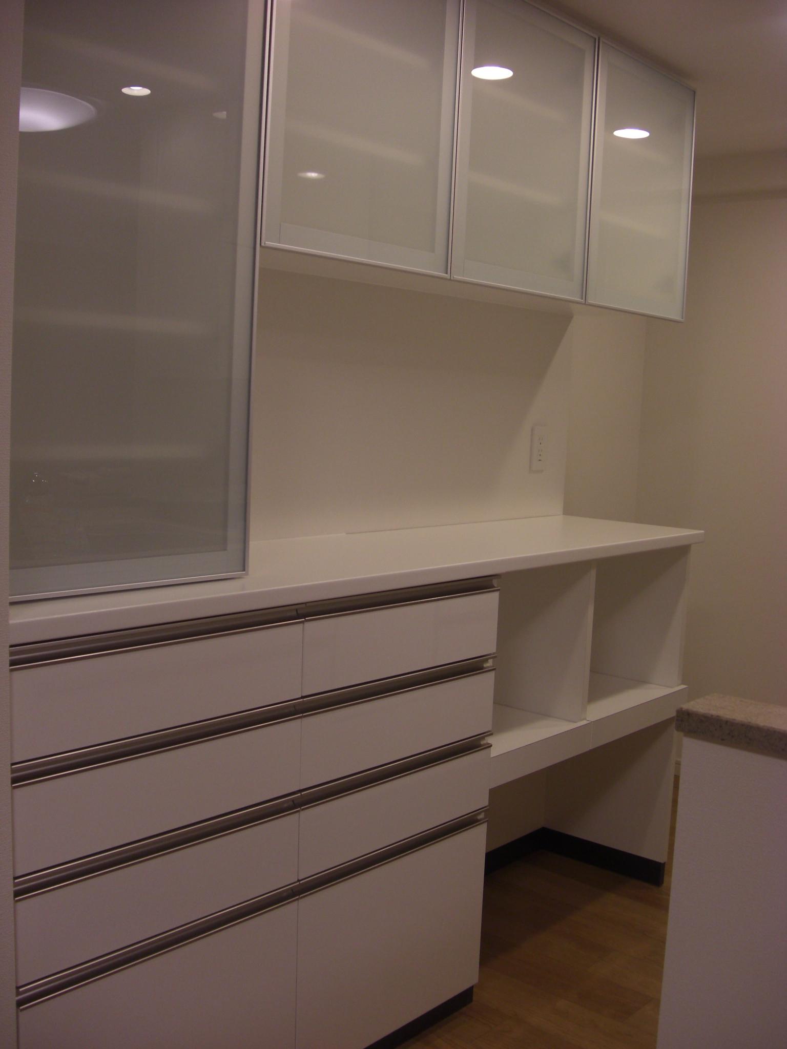 白鏡面 食器棚.JPG